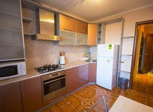 The apartment is centrally located in a 9-storey building. N